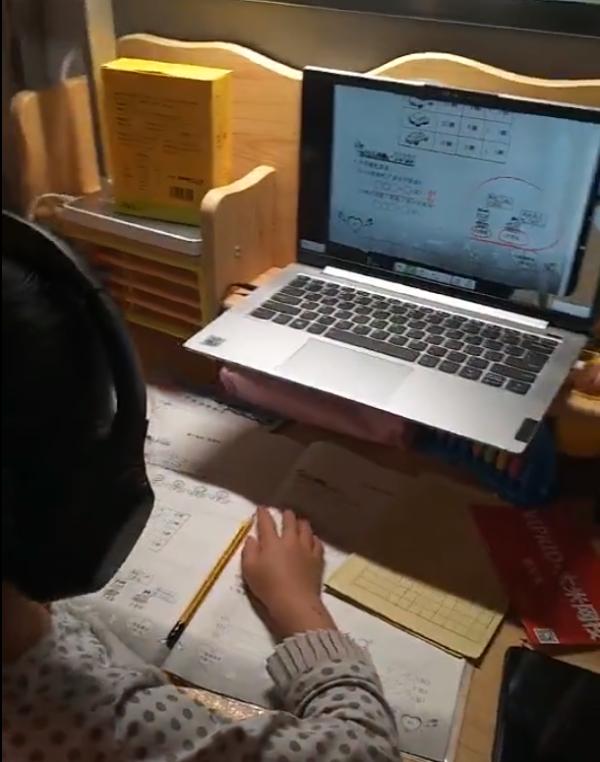 案板下学习的女孩有了新书桌 还有人送来降噪耳机