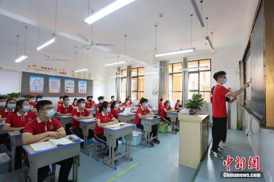 资料图:湖北省宜昌市初三年级5月18日统一复学复课,图为学生在课堂上。 王康荣 摄