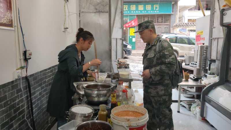 早餐店主为救援人员免费提供早点 。