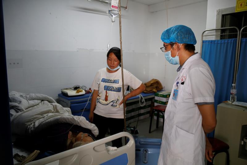 伤员在医院接受治疗