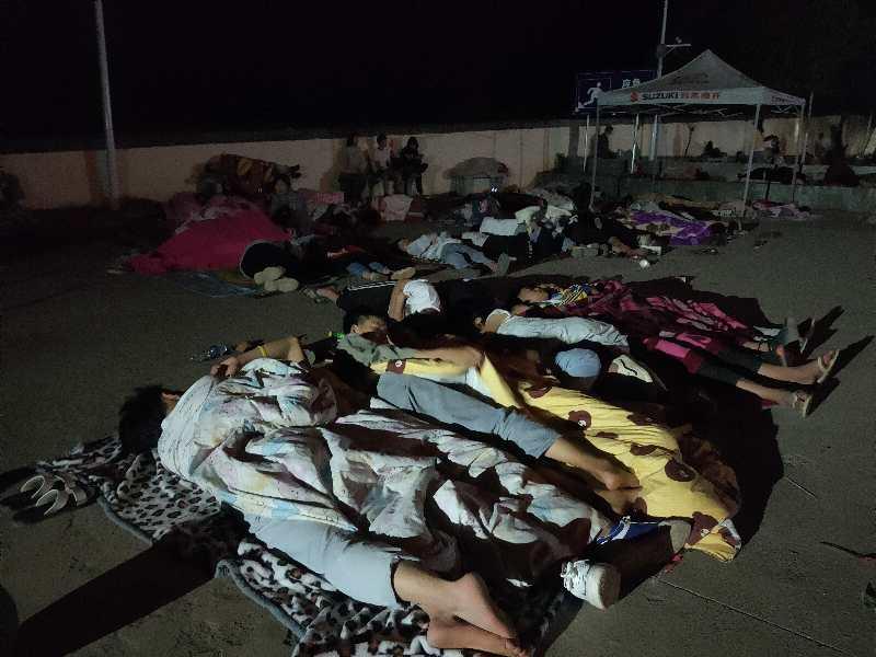 因担心余震,村民睡在广场上