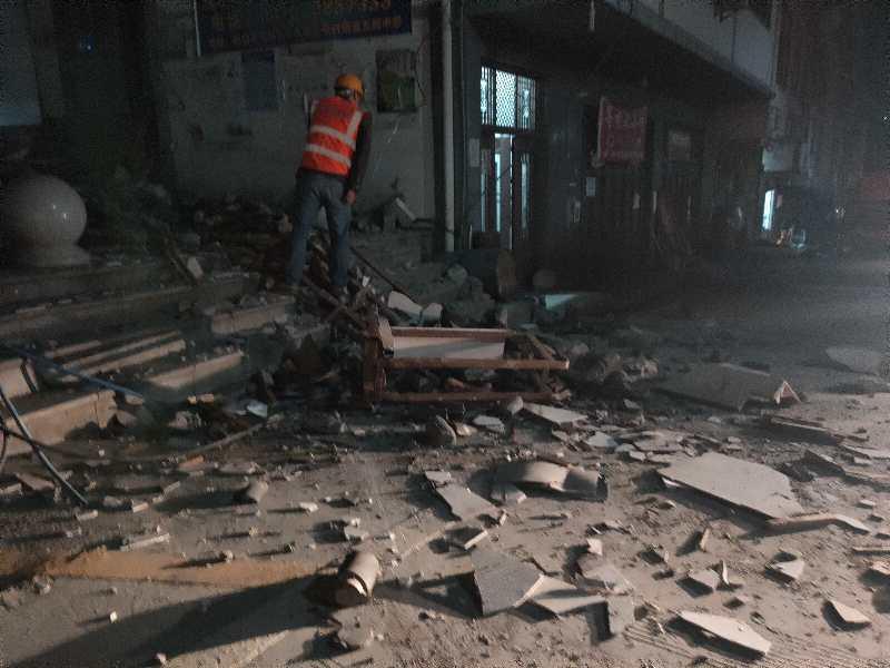 地震造成部分建筑物受损本文图均为 胡华伦图