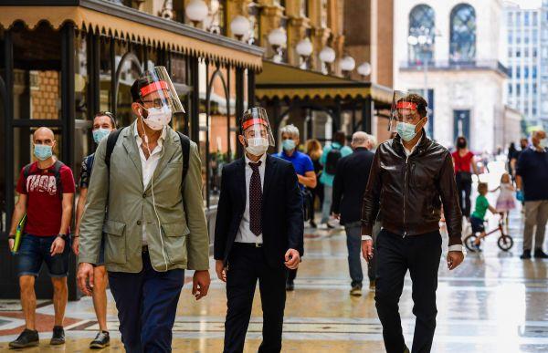 5月18日,在意大利米兰,人们走过维托里奥·埃马努埃莱二世拱廊购物街。(新华/法新)