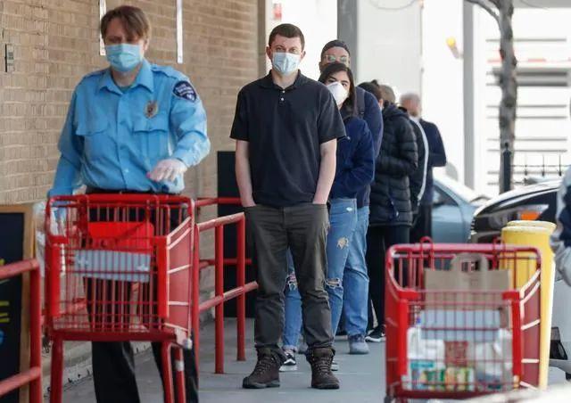 ▲5月1日,在美国伊利诺伊州芝加哥,人们戴口罩排队等待进入超市。新华社发(乔尔·莱纳 摄)