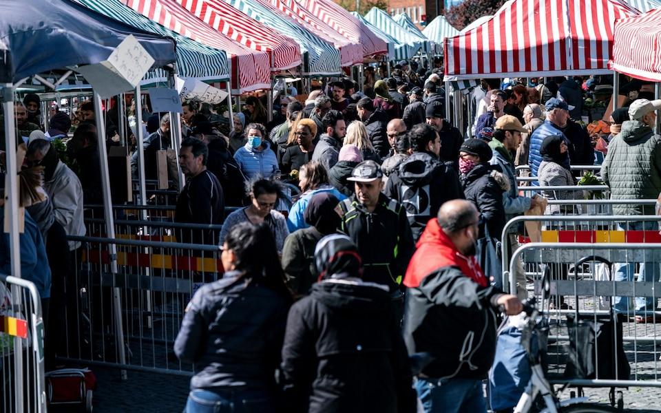 瑞典马尔默的居民在街头购物 图自:瑞典TT通讯社