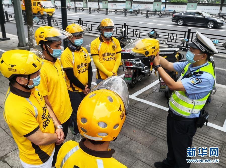 浙江湖州:佩戴头盔 安全出行