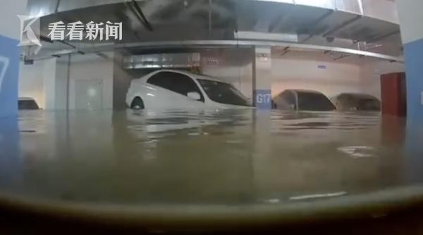 洪水都过科二了!车库被淹轿车完美漂浮倒车入库