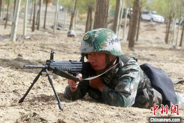 图为西藏军区拉萨警备区某部观察警戒哨正在警戒。 李鹏辉 摄