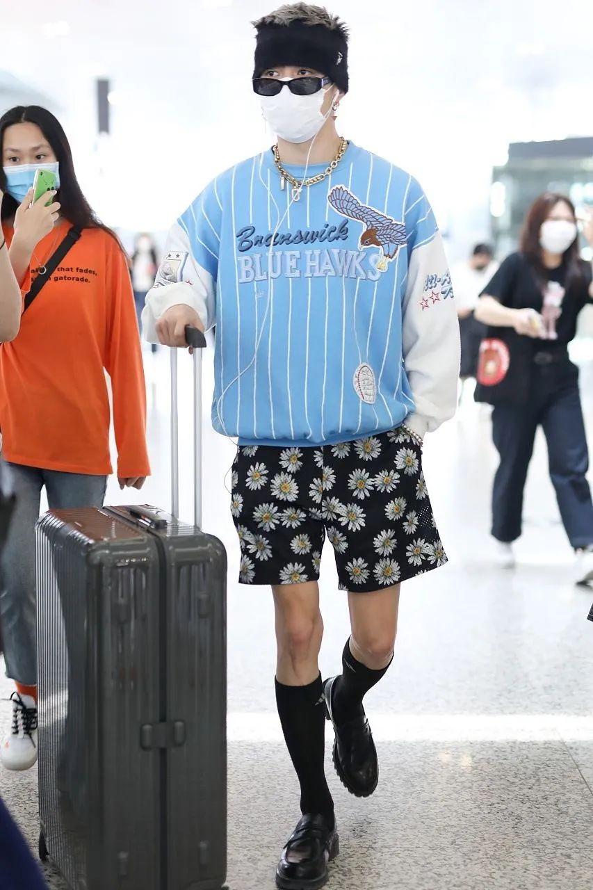 男星街拍| 奶爸李光洁抱娃现身,黄晓明转型当潮男?