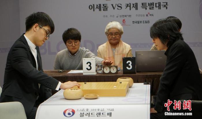 原料图为柯洁(左)与李世石在比赛中。中新社记者 曾鼐 摄