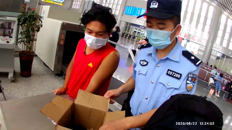 带着宠物去读书,邵阳一大学生带鳄龟坐高铁过安检时被拦