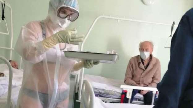 俄网民力挺泳装护士:穿防护服工作不容易