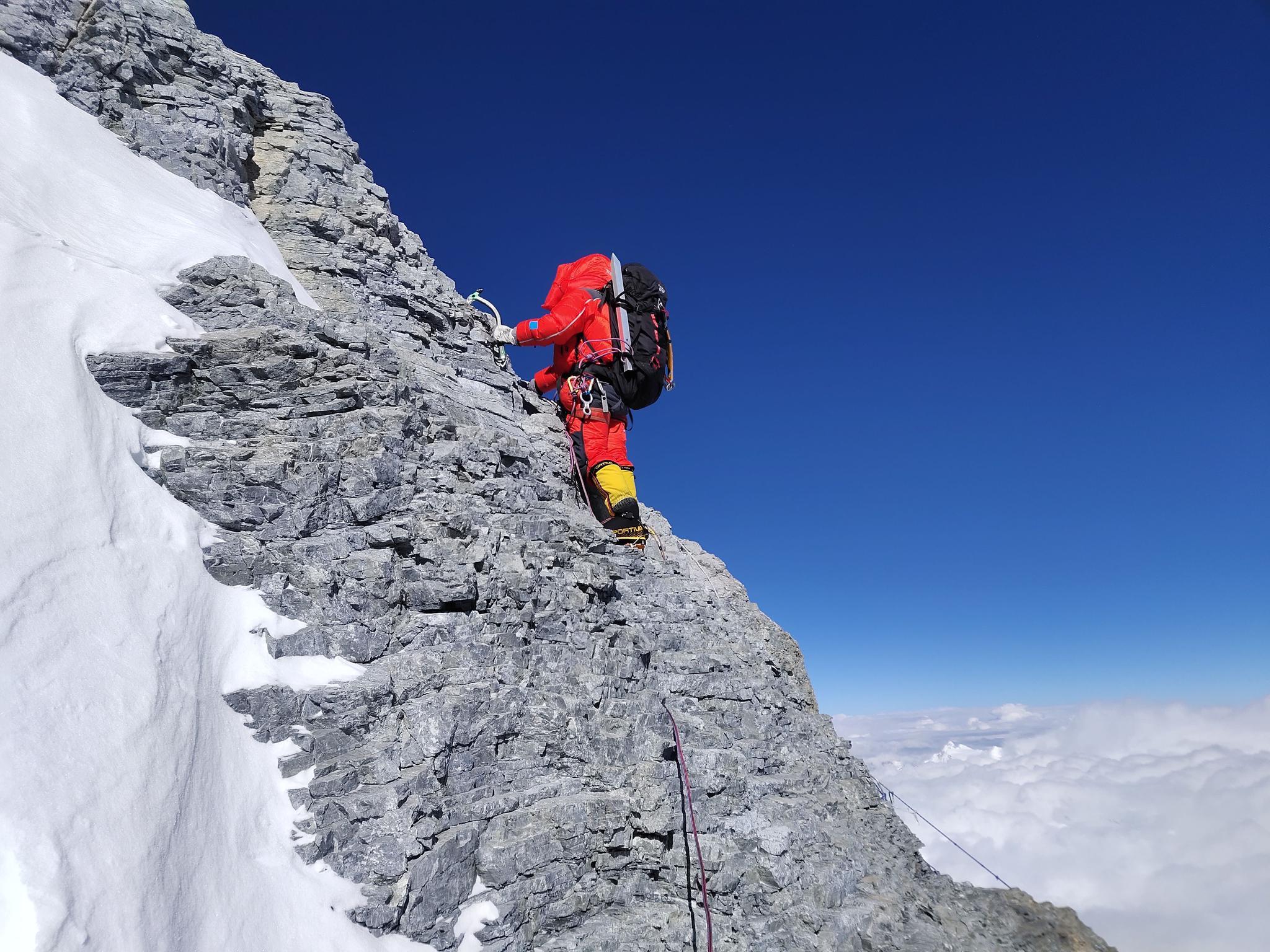 珠峰测量登山队向海拔8300米进发,预计明日凌晨攻顶