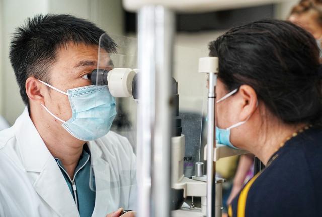 5月27日,在朝阳医院眼科诊室,陶勇医生正在耐心为患者诊断病情