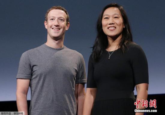 """资料图:""""脸书""""CEO马克-扎克伯格(左)。"""