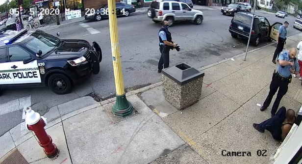 《纽约邮报》公布的监控录像,视频截图