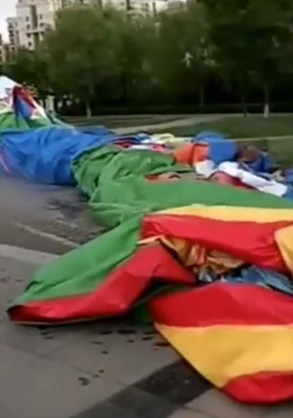 充氣娛樂設施頻被風掀翻致傷亡 有規定要求4級風力需關設施圖片