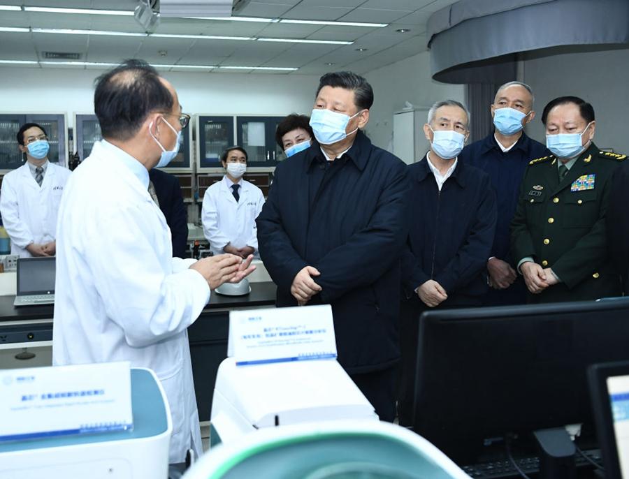 3月2日,习近平在北京考察新冠肺炎防控科研攻关工作。这是习近平在清华大学医学院生物医学检测技术及仪器北京实验室向专家详细了解科研情况 新华社记者燕雁 摄