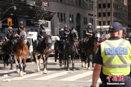 资料图:加拿大多伦多市,正在执勤的骑警。中新社记者 余瑞冬 摄