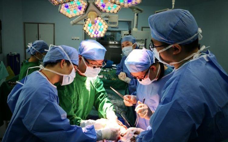 深圳市第三人民医院肝脏外科的大夫正在进走手术。受访者供图