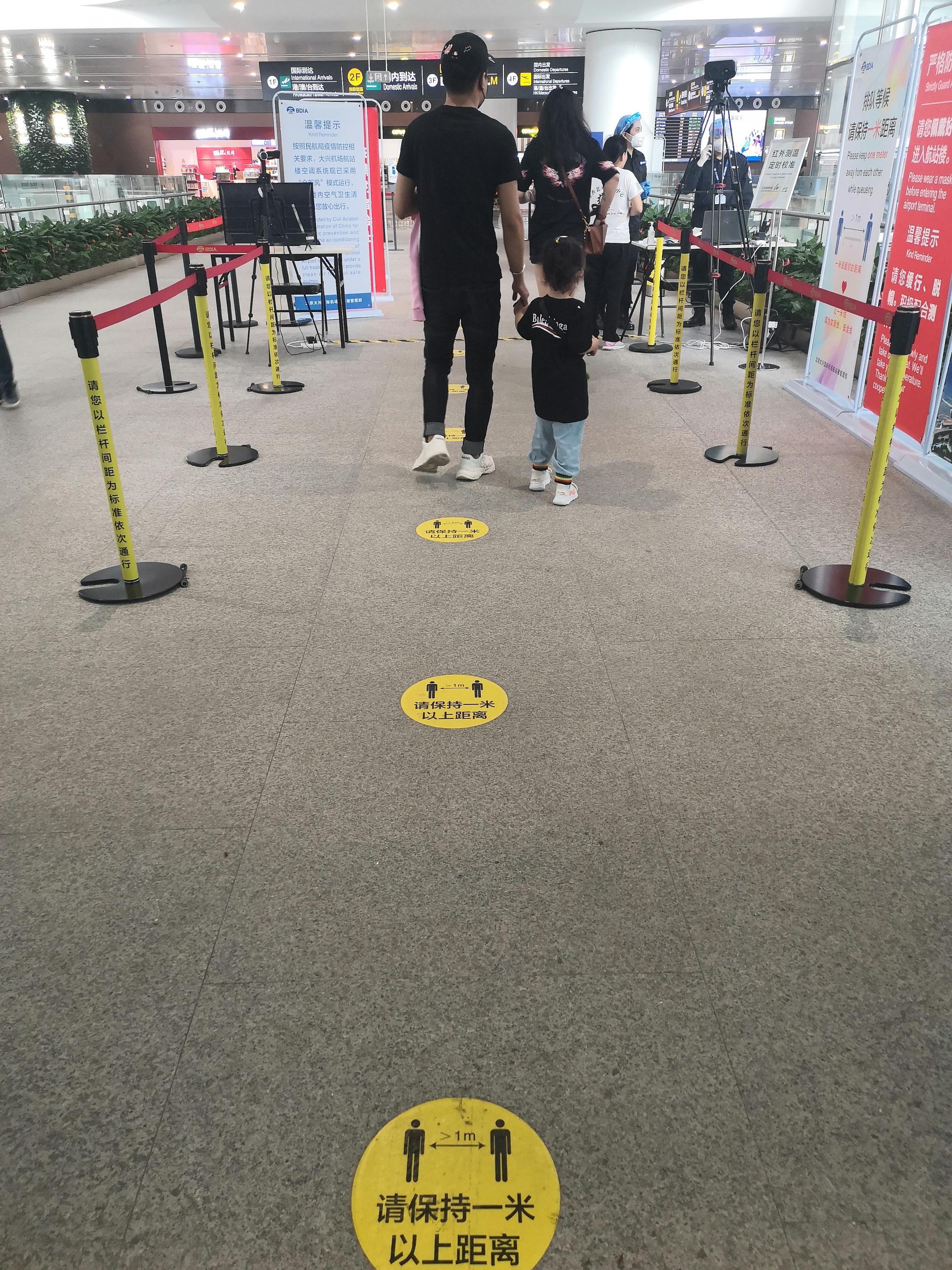 """测温通道贴有""""一米线""""标志。新京报记者 吴婷婷 摄"""