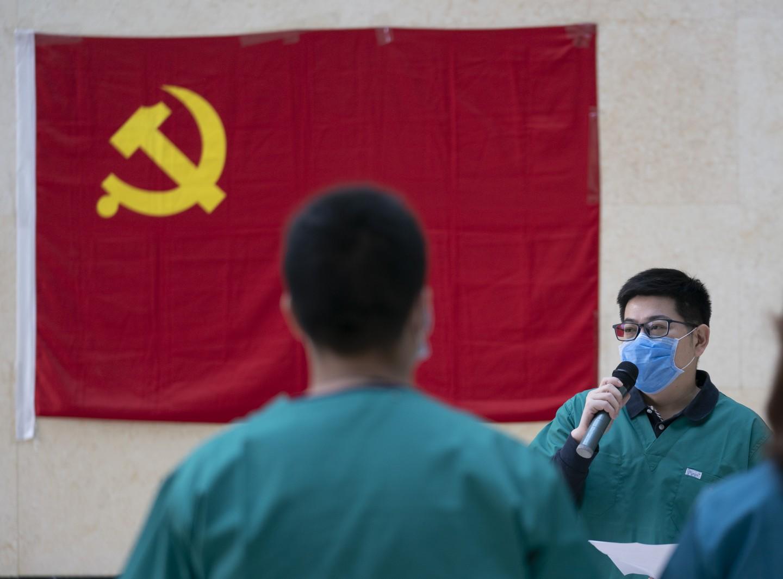 3月6日,武汉,北京医疗队领队、市医管中央医疗护理处副处长刘立飞主办会议。摄影/新京报记者陶冉