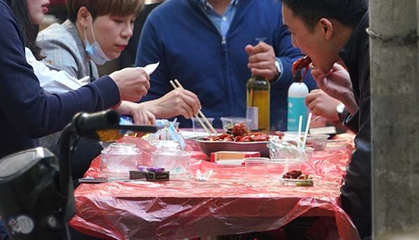 武汉,粮道街小吃店更有路人用餐不吃小龙虾。人民视觉 图