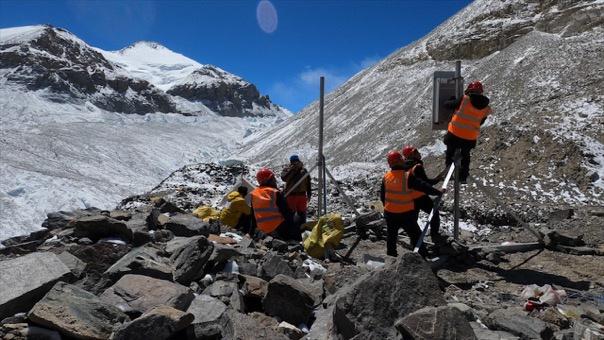 光缆由雇用的珠峰脚下扎西宗乡的20个村民人力扛上山。澎湃新闻记者 吴子凡 图