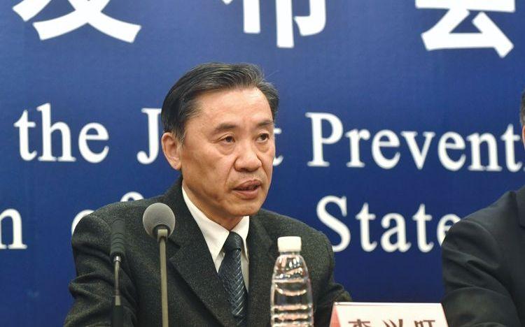 2月5日,国家医疗专家组成员、北京地坛医院感染性疾病诊疗与研究中心首席专家李兴旺在新闻发布会上回答记者提问。摄影/新京报记者 吴宁