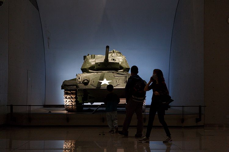 观众参观美国造M24霞飞轻型坦克。