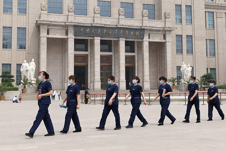 工作人员列队走过。