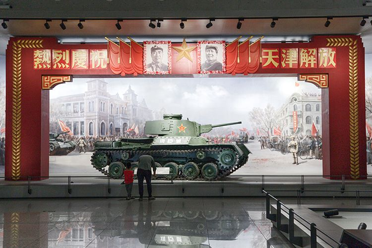 """观众参观""""功臣号""""坦克。1948年11月攻打锦州时,董来扶驾驶坦克单车突入国民党军防御纵深,胜利完成任务。为此,董来扶荣立大功,车组成员记集体三等功,该坦克被授予""""<strong>在线直播网站m3u8</strong>功臣号""""称号。"""