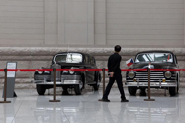 观众参观吉斯-110型防弹轿车(左)和斯柯达VOS防弹轿车(右)。