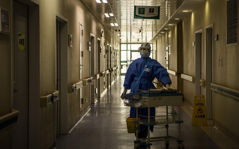 3月8日,武汉协和医院西院,为患者打完吊针后,北京同仁医院护士马磊推着治疗车走向护士站。摄影/新京报记者 陶冉