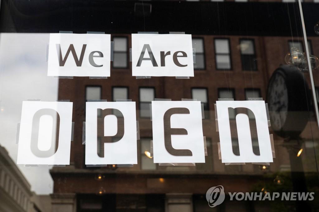 """美国俄亥俄州一家餐厅,门外张贴着""""营业中""""的字样。图据韩联社"""
