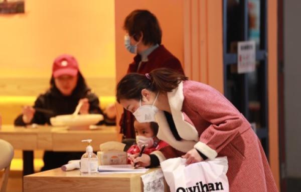 3月18日,兰州一家餐厅,消耗者在入店就餐前登记小我信休。 新华社发
