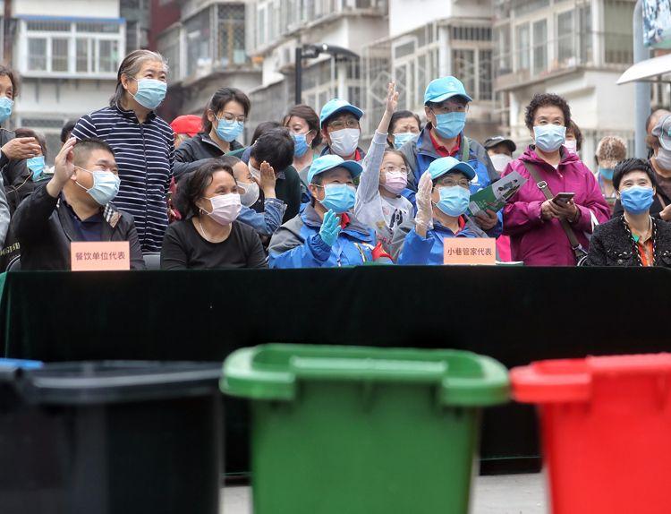 居民组队参添垃圾分类知识问应。