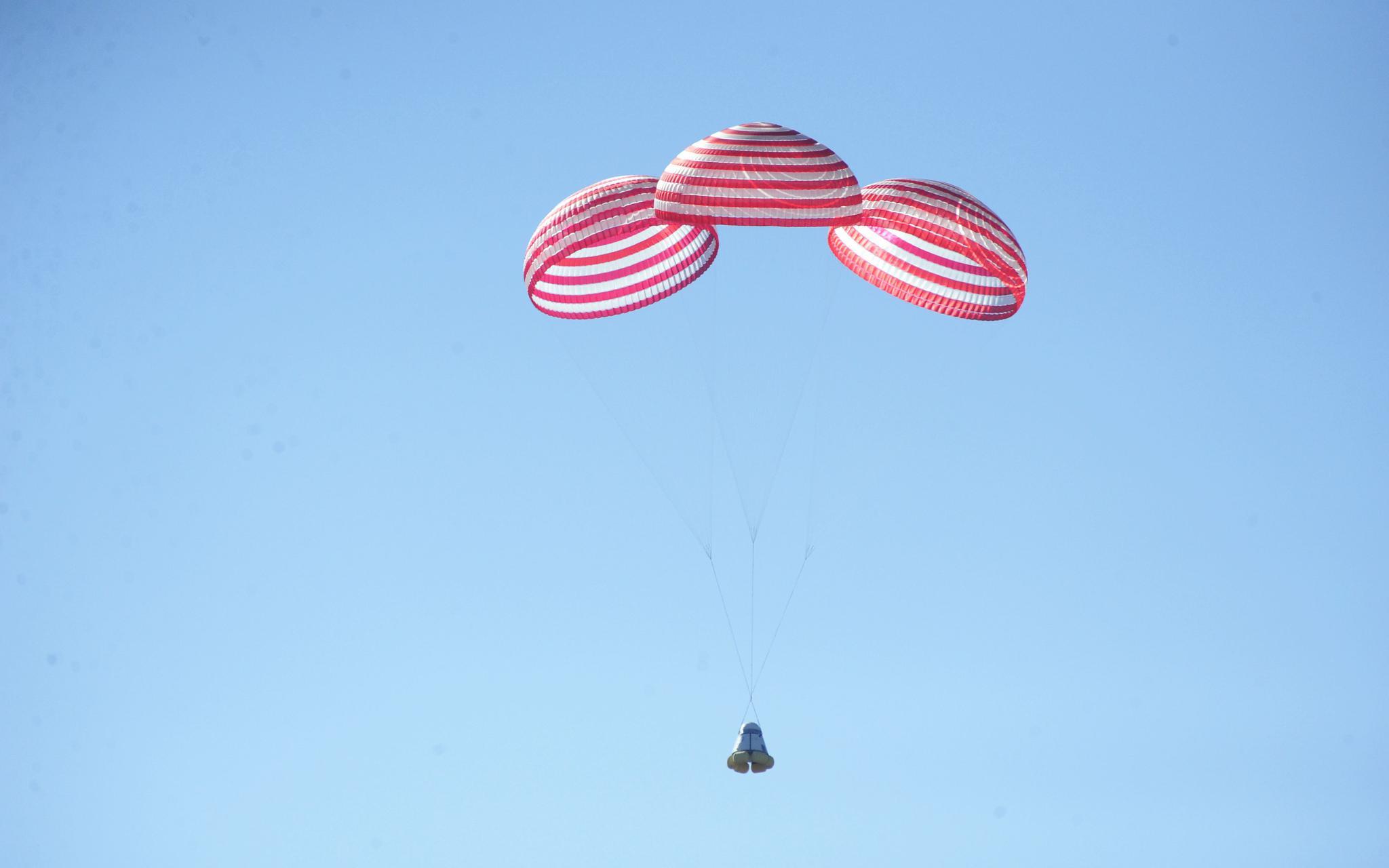 前期返回舱群伞返回试验现场。航天科技集团五院供图