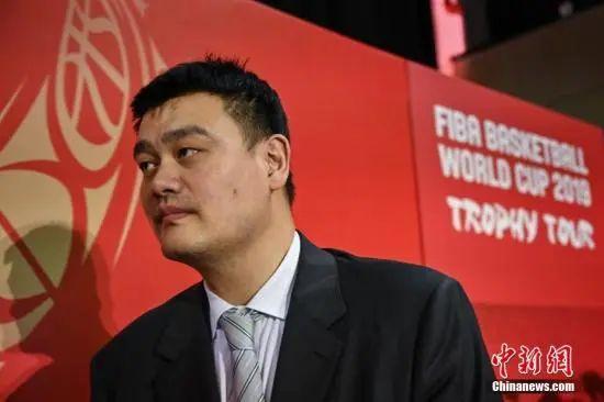 原料图:2019年国际篮联篮球世界杯倒计时100天启动仪式在北京举走。图为姚明在仪式终结后脱离会场。中新社记者 崔楠 摄