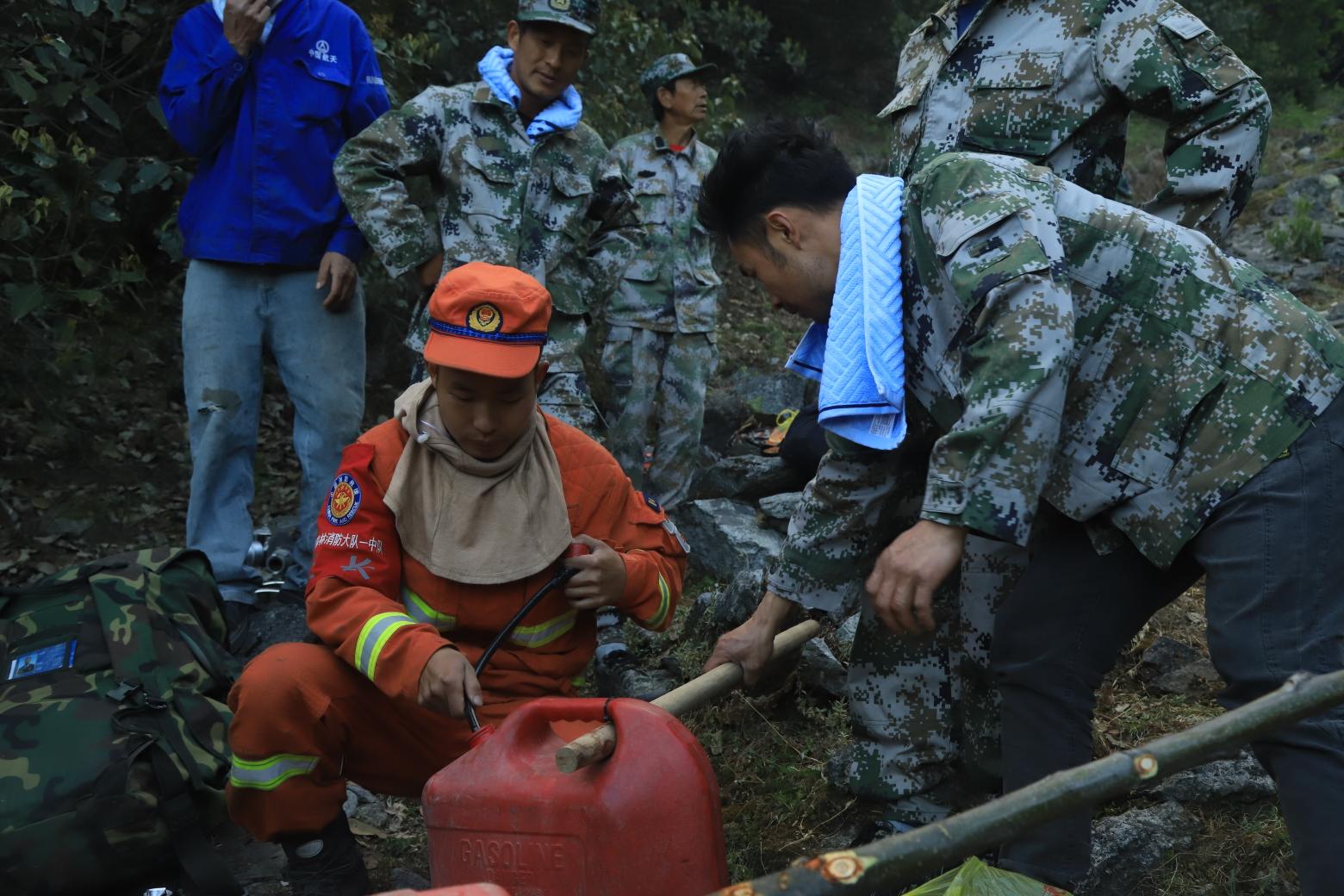 冕宁县泸沽镇的民兵帮着将油料送到山顶。