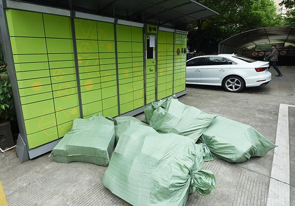 2020年5月7日,杭州东新园小区内的丰巢快递柜已经不能使用。人民视觉 图