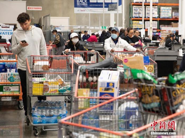 资料图:顾客在美国旧金山湾区福斯特城一家Costco超市购物。 中新社记者 刘关关 摄