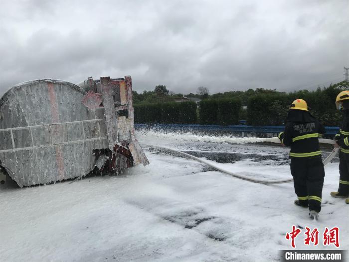 乙醇槽罐车高速侧翻泄漏 湖北浠水消防紧急处置