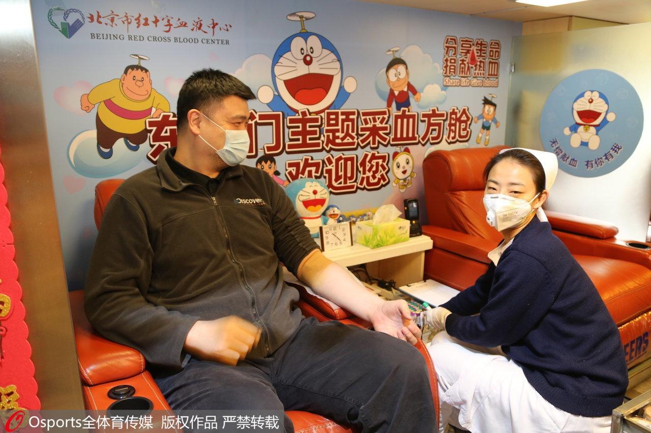 疫情期间,姚明无偿献血。