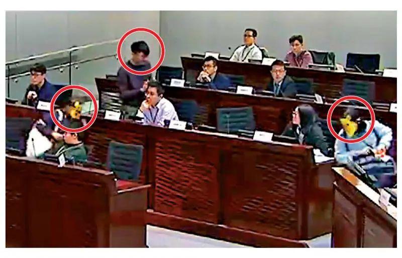 郑家朗等三人(红圈处)去年三月在立法会公听会上发言后,冲向聂德权 图自文汇网