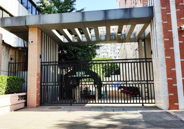 6月15日上午7时许,北京西城育民小学校园内很安静。澎湃新闻见习记者 程婷 图