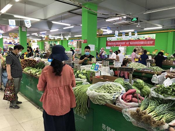 位于松榆东里市场附近的一家菜市场供货充足,秩序井然。澎湃新闻记者 汤琪 图