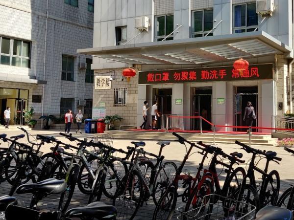6月15日上午约9时许,北京市第四十四中学校内有学生从室外走进教学楼。澎湃新闻见习记者 程婷 图
