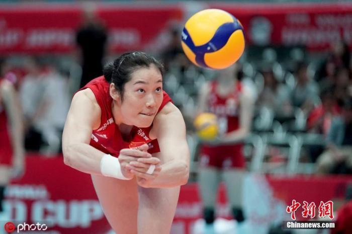 原料图:朱婷在比赛中救球。