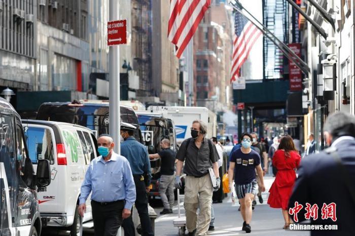 当地时间6月8日,纽约街头的行人。中新社记者 廖攀 摄